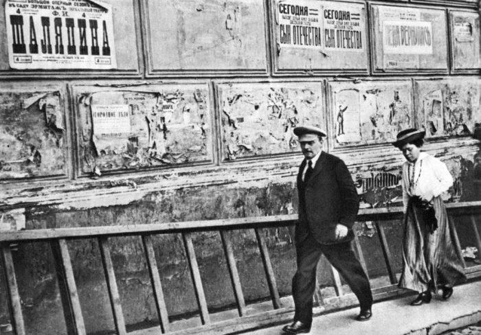 Владимир Ленин идёт с сестрой Марией Ульяновой на Всероссийский съезд советов рабочих, крестьянских, красноармейских и казачьих депутатов, 1918 год.