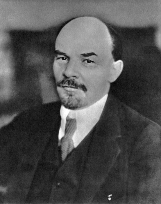 Портретный снимок Владимира Ленина.