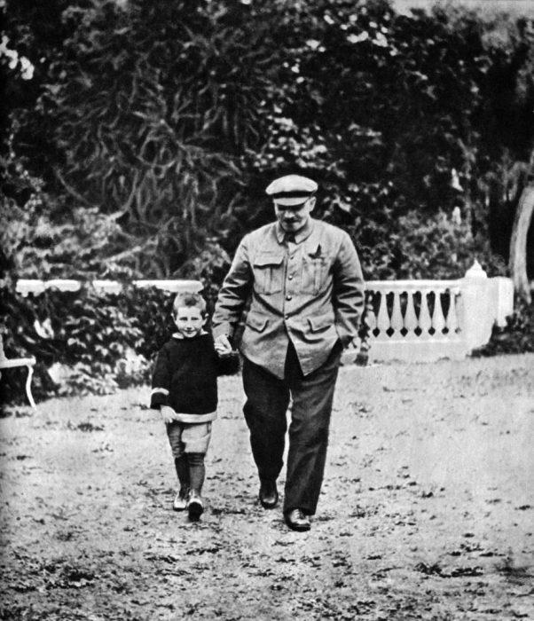 Вождь народов с племянником Виктором. Горки, 1922 год.