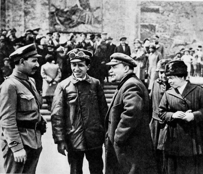 В. И. Ленин, Н. К. Крупская, М. Ульянова и А. Беленький на военном параде на Красной площади.