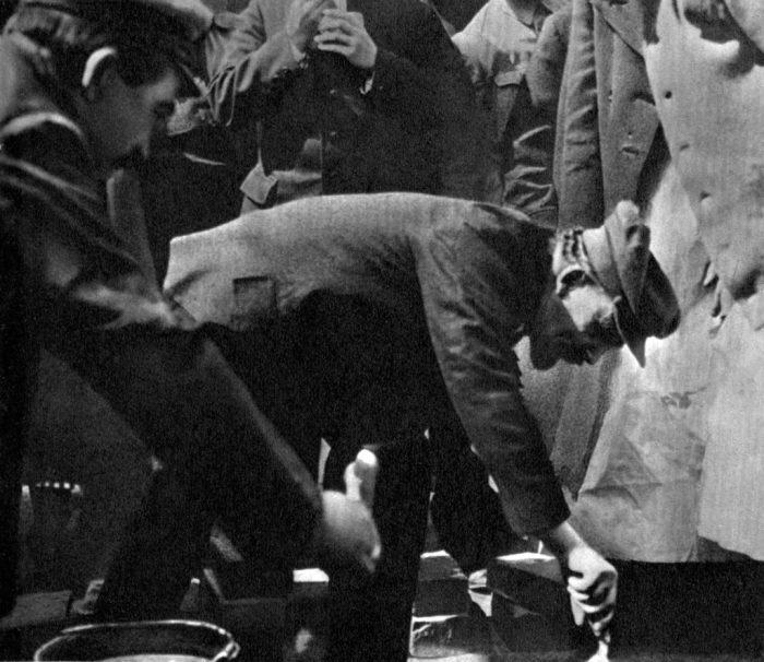 Владимир Ленин закладывает первый камень в основание памятника Карлу Марксу на площади Свердлова.