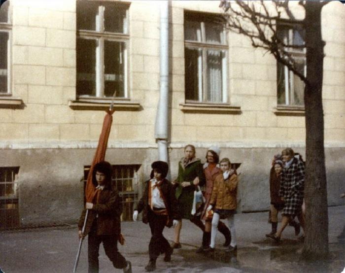 Первое сентября в простой советской школе.