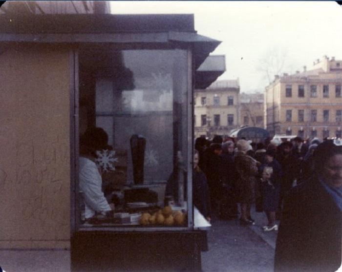 Торговля апельсинами возле станции метро Владимирская. СССР, Ленинград, 1976 год.