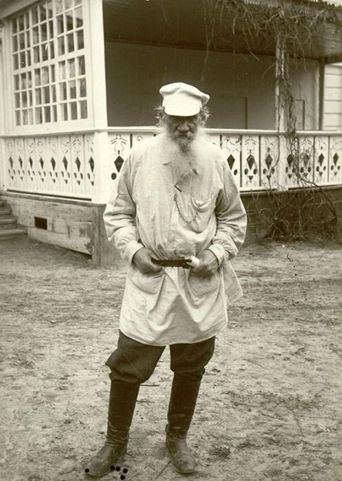 Лев Толстой около террасы яснополянского дома, 11 мая 1908 года. Тульская губерния, Крапивенский уезд, деревня Ясная Поляна.