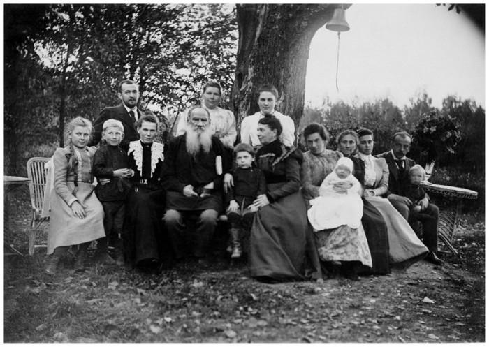 Лев Толстой с родными под «деревом бедных», 23 сентября 1899 года. Тульская губерния, Крапивенский уезд, деревня Ясная Поляна.