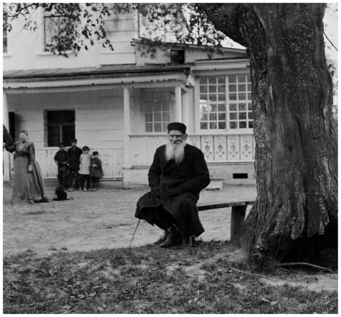 Лев Толстой на лавочке под «деревом бедных», 1908 год. Тульская губерния, Крапивенский уезд, деревня Ясная Поляна.