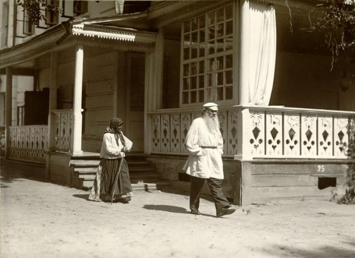 Возле дома, 1908 год. Тульская губерния, Крапивенский уезд, деревня Ясная Поляна.