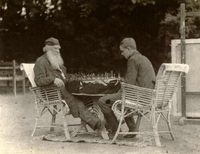 Лев Толстой играет в шахматы с Владимиром Чертковым, 30 июня 1907 года. Тульская губерния, Крапивенский уезд, деревня Ясная Поляна.