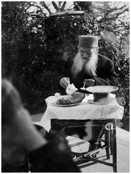 Лев Толстой завтракает на террасе дома в Гаспре, декабрь 1901 года.