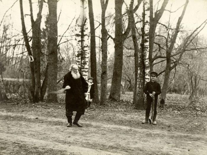 Лев Толстой во время игры в городки, 1909 год. Тульская губерния, Крапивенский уезд, деревня Ясная Поляна.