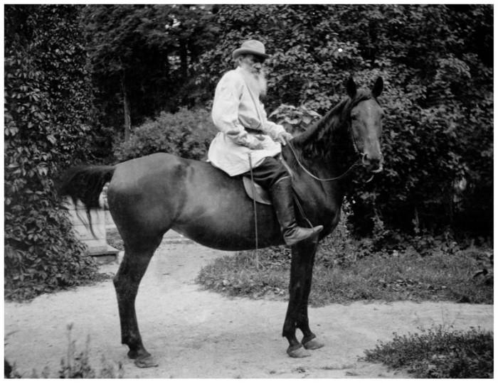 Лев Толстой верхом на лошади, 1903 год. Тульская губерния, Крапивенский уезд, деревня Ясная Поляна.