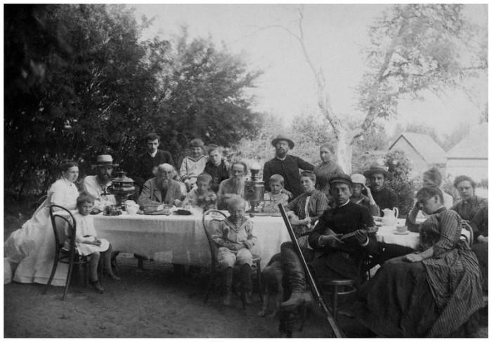 Лев Толстой с родными и знакомыми, 1888 год. Тульская губерния, Крапивенский уезд, деревня Ясная Поляна.