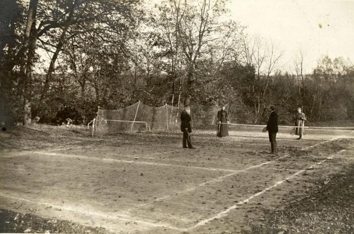 Лев Толстой во время игры в теннис, 1896 год. Тульская губерния, Крапивенский уезд, деревня Ясная Поляна.