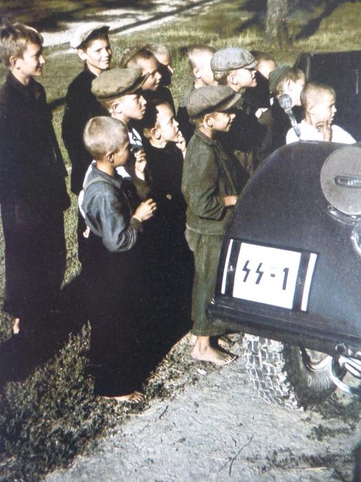 Советские дети у автомобиля одного из наиболее влиятельных политиков Третьего рейха.