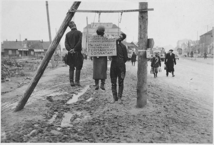 Казнённые немцами местные жители, которые подозревались в связи с партизанами. Минск, Комаровская площадь, 1941 год.