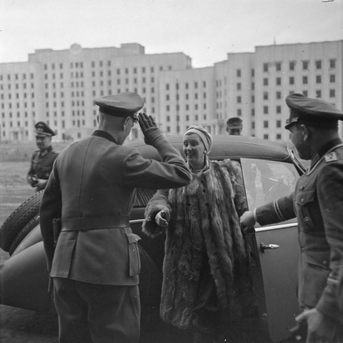 Немецкий офицер встречает актрису.