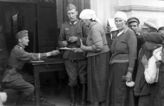 Регистрация населения в оккупированном Могилеве в 1941 году.