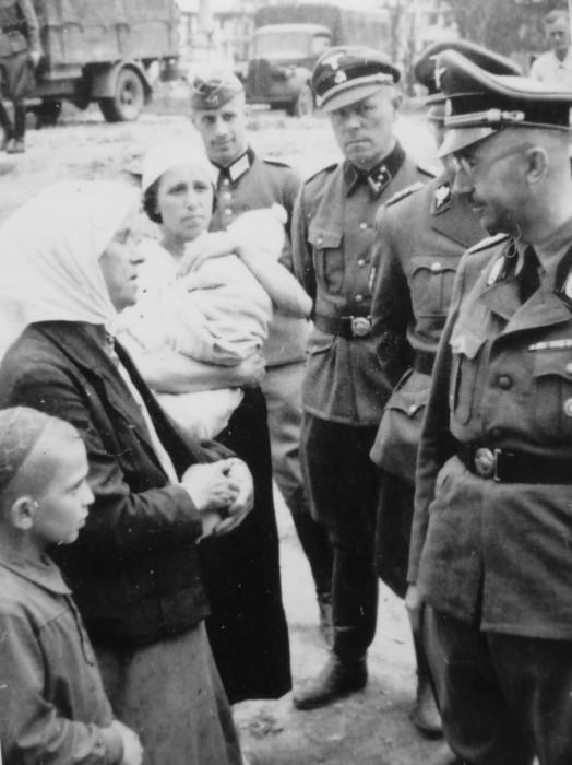 Рейхсфюрер СС Генрих Гиммлер разговаривает с крестьянами.
