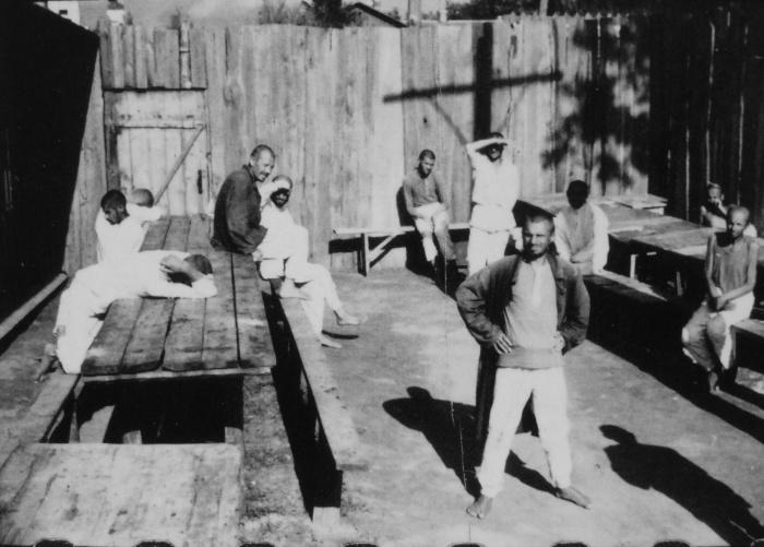 В деревне Новинки под Минском в 1941 году.