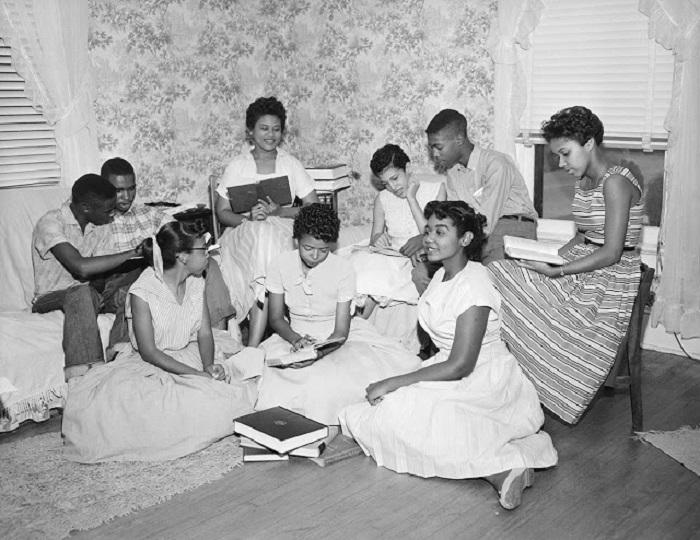 Девять чернокожих учащихся из города Литл-Рок штата Арканзас.