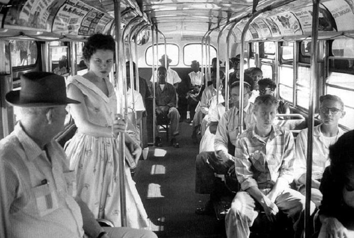 Афроамериканцы сидят в конце автобуса в соответствии с законом о сегрегации Южной Каролины.