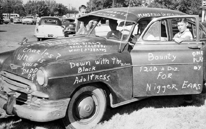 Автомобиль, который был расписан протестующими против десегрегации средней школы Мэнсфилда в Далласе.