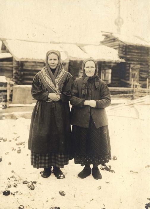 Пожилые женщины Енисейского уезда в праздничной одежде.