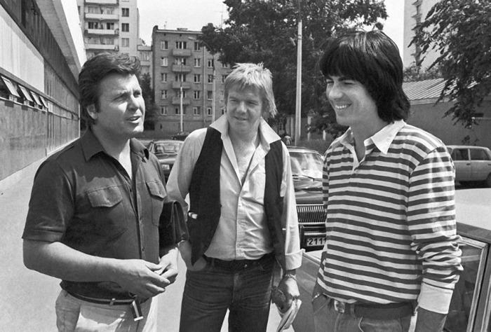 Лев Лещенко беседует с французскими музыкантами Яном Лозетом и Дидье Маруани в 1983 году.