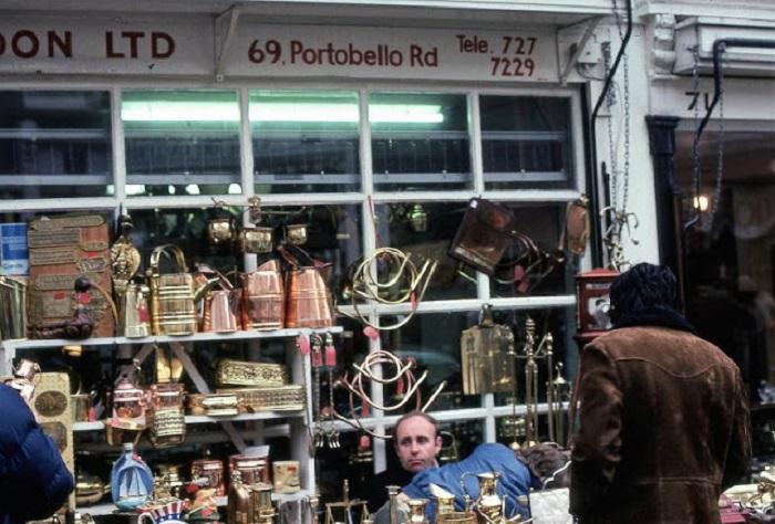 Торговля антиквариатом на знаменитом блошином рынке в Лондоне.