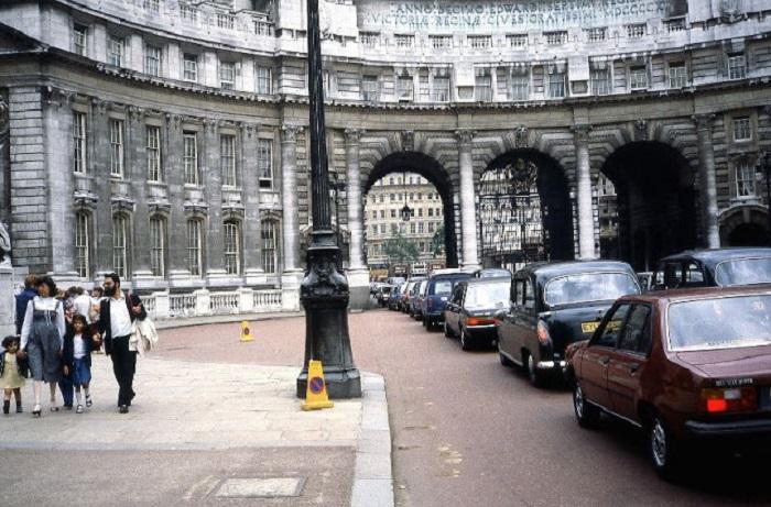 Арка, расположенная возле здания Старого Адмиралтейства, с которым она соединена мостиком.