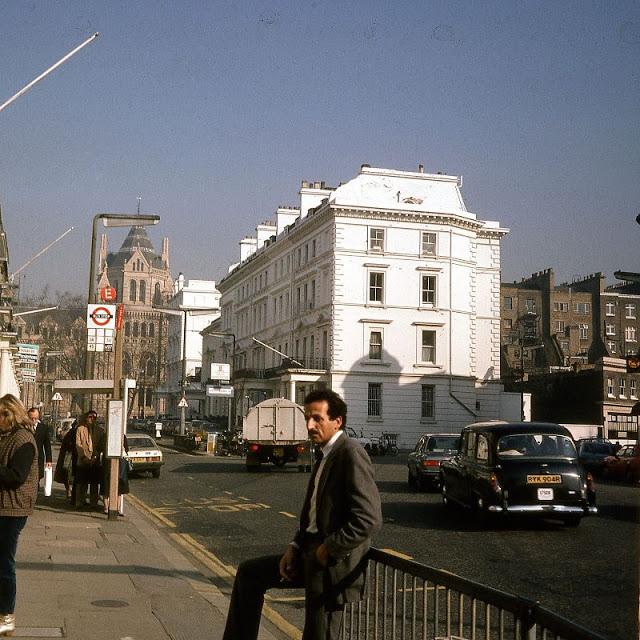Местный житель напротив гостиницы Cromwell Palace. Великобритания, Лондон, 1980-е годы.