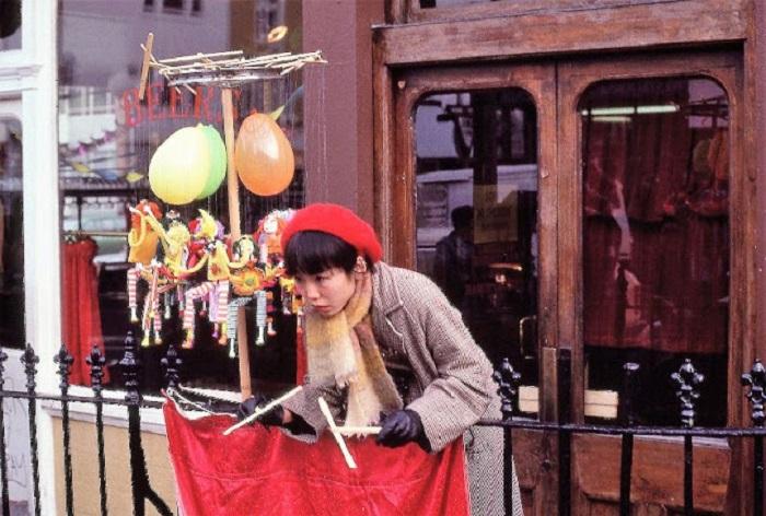 Китайский уличный кукловод в Лондоне в 1980-е годы.