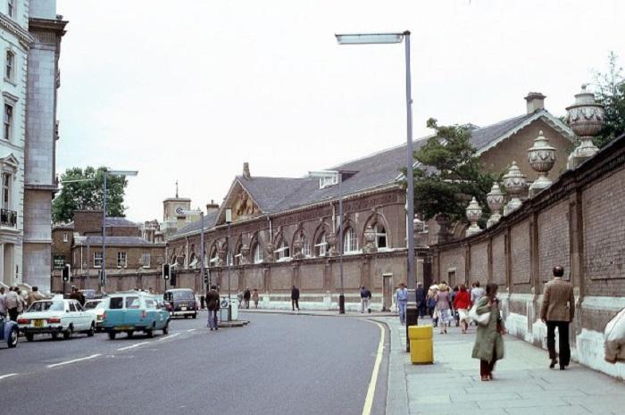 Вход в Королевские конюшни Букингемского дворца.