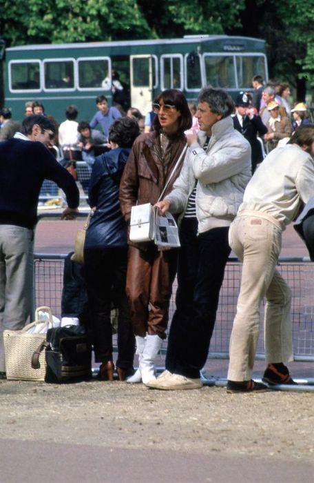 Туристы на площади Пикадилли, неподалёку от транспортной развязки.