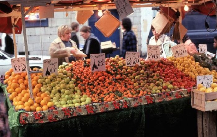 Портобелло-роуд – одна из самых знаменитых рыночных улиц в Европе. Великобритания, Лондон, 1980-е годы.