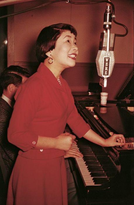 Портретный снимок американской певицы и киноактрисы, которая иммигрировала в США из Японии после окончания Второй мировой войны.