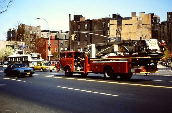 Автомобиль пожарного расчёта в Нью-Йорке.