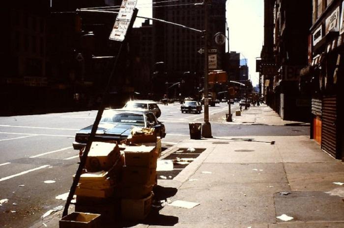 Шестая авеню, которая начинается четырьмя кварталами ниже Канал-стрит.