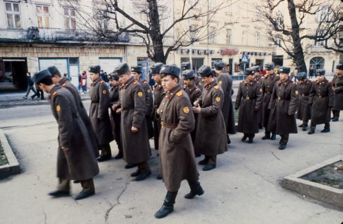 Солдаты в центре города. СССР, Львов, 1990 год.
