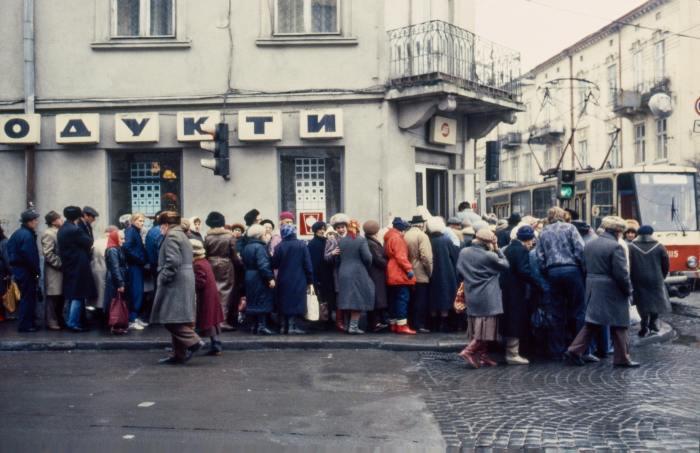 Очередь в продуктовый магазин. Львов, 1990 год.