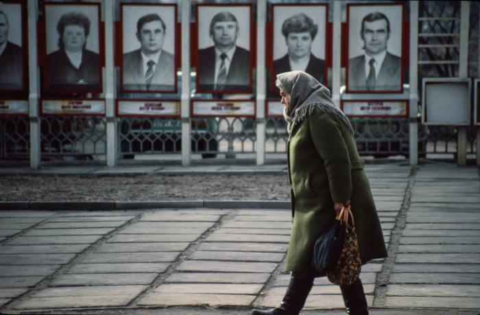 Доска почёта в центре города. СССР, Львов, 1990 год.
