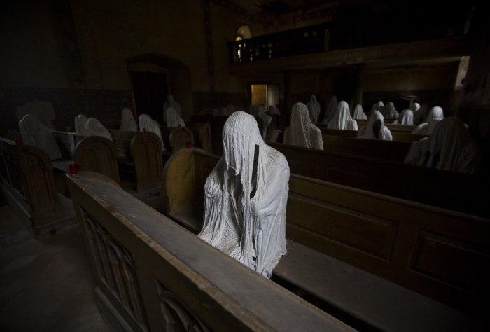 Заброшенная церковь святого Георгия, населенная скульптурами призраков. Чехия, Лукова.