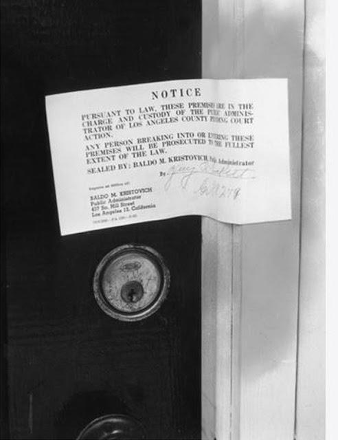 Уведомление об опечатывании дома по адресу 12305 Fifth Helena Drive, Брентвуд, Калифорния.
