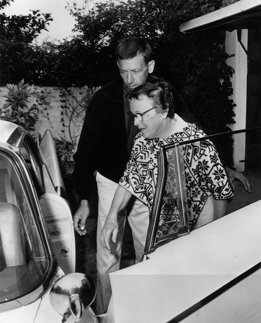 Юнис Мюррей и разнорабочий Норман Джеффрис, покидают дом после смерти Мэрилин Монро.