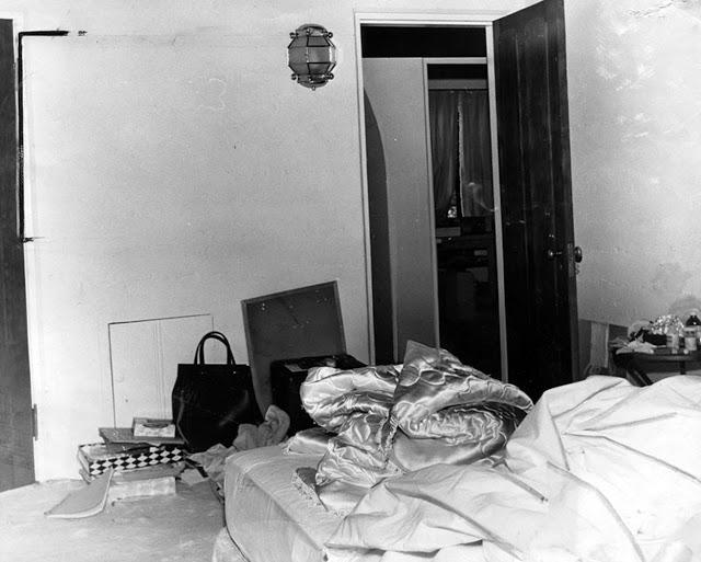 Оперативная фотография, сделанная экспертами-криминалистами в спальне Мэрилин Монро.