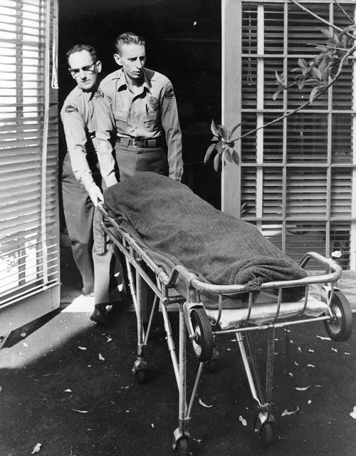 Два полицейский, которые отправляют тело Мэрилин Монро на экспертизу в морг.
