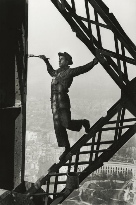 Маляр на Эйфелевой башне. Франция, Париж, 1953 год.