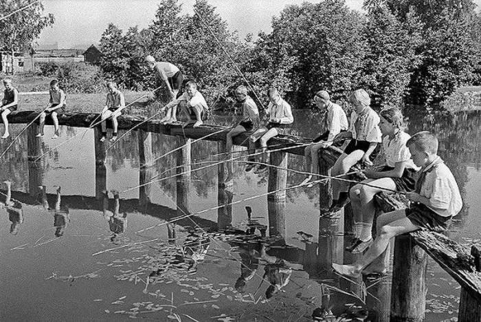 Настоящая рыбалка в пионерском лагере, 1930-е годы.