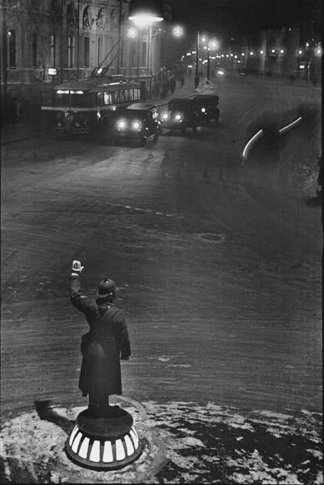 Милиционер-регулировщик, который ночью контролирует движение на Арбатской площади, 1936 год.