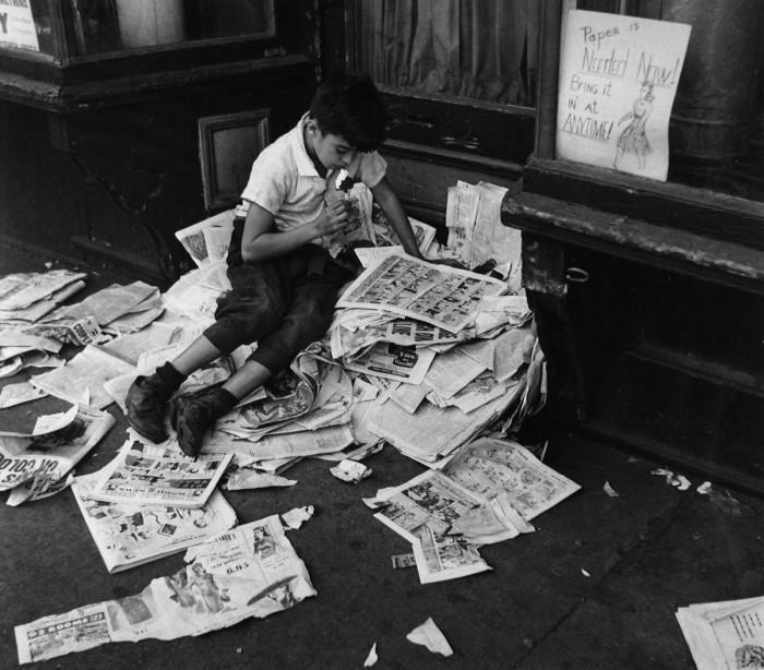 Мальчик с мороженым читает газету. США, Нью-Йорк, 1944 год.